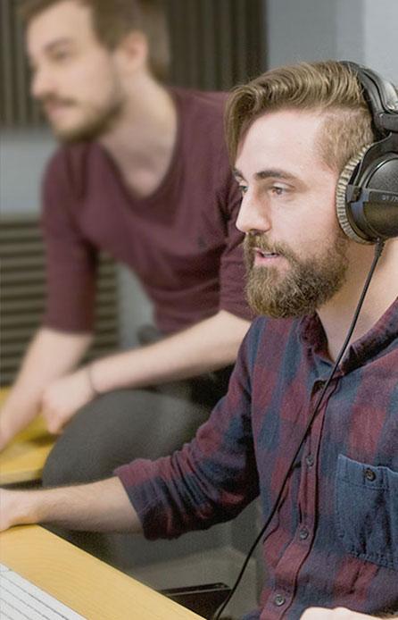 En studio en train de créer un podcast